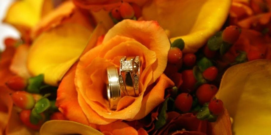 WEDDINGS - Details of the rings and bouquet